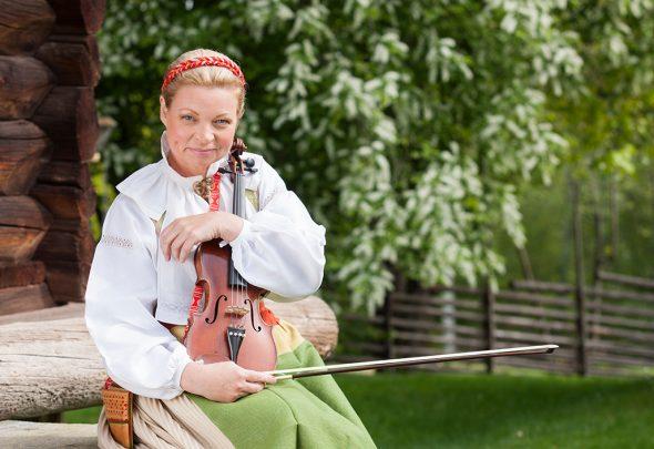 Amus Kerstin klassisk violinist med hjärtat i folkmusiken